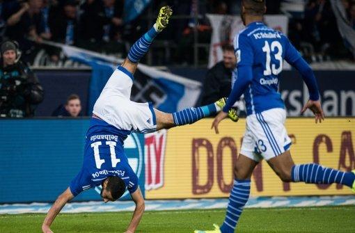 Schalkes Younes Belhanda (links) jubelt mit Eric Maxim Choupo-Moting über seinen Treffer zum 1:0. Foto: dpa