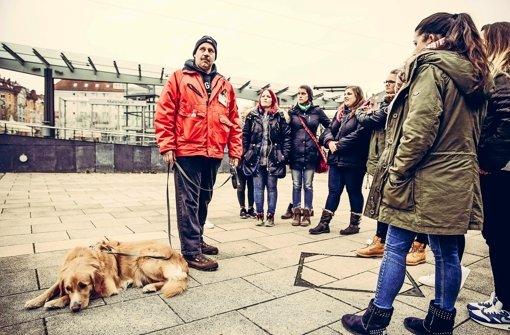 Thomas Schuler zeigt Interessierten regelmäßig die Kehrseite der Stadt – die Plätze, an denen Armut und Obdachlosigkeit zu sehen sind. Foto: Lichtgut/Leif Piechowski
