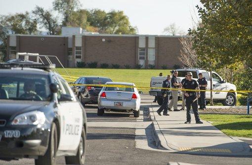 Teenager vor Schule angeschossen