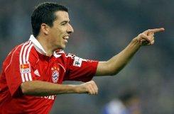 ... dem b16. Platz/b der Niederländer bRoy Makaay/b: Im Jahr 2003 wechselte der Angreifer von Deportivo La Coruna zum FC Bayern München für eine Ablösesumme von b19,75 Millionen Euro/b. Der mittlerweile 38-Jährige spielte bis 2007 beim deutschen Rekordmeister. Die knapp 20 Millionen haben sich gelohnt: Makaay absolvierte für die Bayern 129 Ligaspiele, erzielte 78 Tore, bereitete 26 Tore vor und gewann je zweimal den DFB-Pokal und die Deutsche Meisterschaft. Foto: dpa