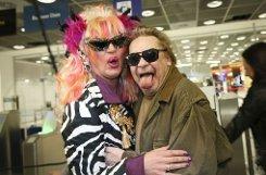 Olivia Jones (links) alias Oliver Knöbel und Schauspieler Helmut Berger (rechts) auf dem Flughafen in Frankfurt am Main vor dem Flug nach Australien ins Dschungelcamp. Foto: dpa