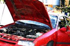 Nicht schlecht gestaunt hat eine 21-Jährige am b3. Februar/b in bLeonberg/b (Landkreis Böblingen): Am Morgen wollte sie laut Polizei wie gewohnt zur Arbeit fahren. Trotz Tiefgaragenstellplatz in der Lobensteinerstraße verweigerte der Ford Fiesta den Dienst und sprang nicht an.  Im Laufe des Tages beauftragte sie eine Werkstatt, um das Auto wieder flott zu bekommen. Als die Mechaniker einen Blick unter die Motorhaube des Autos warfen, stellten sie Erstaunliches fest: Durch eine fachkundige Person waren wichtige Teile des Motors ausgebaut und entwendet worden. Der Wert der gestohlenen Teile beläuft sich auf 1700 Euro. Foto: dpa/Symbolbild