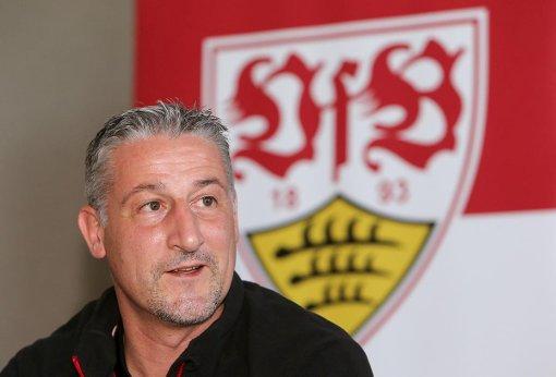 Jürgen Kramny beim heutigen Pressegespräch in Belek. Der VfB-Trainer ist zuversichtlich, dass noch ein neuer Innenverteidiger kommen wird. Foto: Pressefoto Baumann