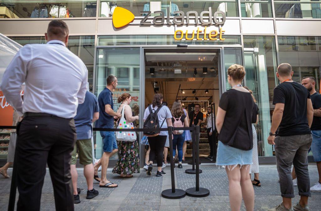 Outlet Eröffnung in Stuttgart: Schnäppchenjäger stürmen den