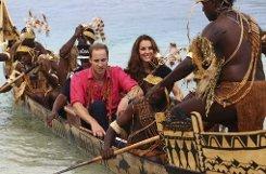 Mit einem traditionellen Kanu fuhren Kate und William in Tavanipupu, Salomonen. Foto: dapd