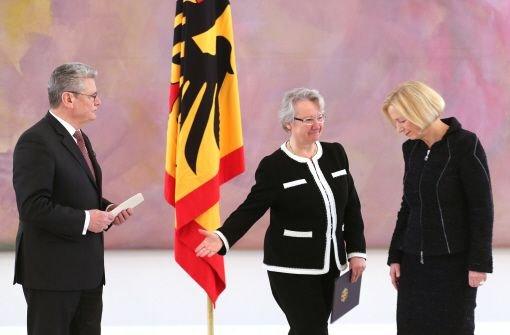 Die eine tritt ab, die andere an: Die zurückgetretene Bildungsministerin Annette Schavan (Mitte) und ihre Nachfolgerin Johanna Wanka bei Bundespräsident Joachim Gauck. Foto: dpa
