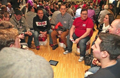 In kleinen Gruppen diskutierten Mitglieder die Vereinsentwicklung des VfB. Foto: Baumann