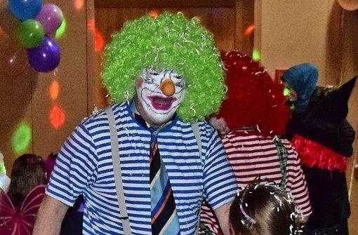 Die Clowns begrüßen die Kinder mit viel Konfetti
