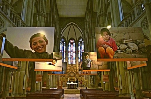 Porträts zieren Kirchenschiff