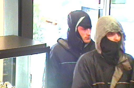 Die Polizei Ludwigsburg fahndet mit diesem Foto aus einer Überwachungskamera nach den beiden Männern, die am Freitagmittag einen Juwelier in der Ludwigsburger Innenstadt überfallen haben. Foto: Polizei