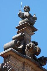 ...desselben Gebäudes sitzt der Weingott bBacchus/b. Er symbolisiert die Weingärtnerzunft, die um 1600, als er aufs Dach gesetzt wurde, die mit Abstand größte Zunft in Stuttgart war. Bacchus sitzt auf einem Weinfass, prostet jedem zu, der ihn erkennt und schaut hinunter auf einen der schönsten Plätze der Stadt. Na, welcher ist es?    Foto: Belser