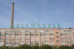 b5. Januar:/b Auf dem Salamander-Areal in Kornwestheim will die Firma Immovation Immobilien Handels AG aus Kassel Wohnungen bauen und Gewerbe- und Dienstleistungsunternehmen ansiedeln. Zudem ist ein Lebensmittelmarkt geplant. Das Unternehmen, das kurz vor Ende 2009 das beim Bahnhof gelegene Salamander-Gelände von der Kölner Vivacon AG gekauft hat, will das Areal revitalisieren und weiter entwickeln, sagt Unternehmenssprecher Matthias Adamietz und schätzt, dass man mit Investitionen in Höhe von 60 bis 70 Millionen Euro auskommen wird. Foto: Robert Dönges