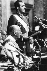 Juan Carlos wird so zu Francos (vorn) Protégé wider Willen. Mit zehn Jahren kommt der Thronfolger nach Spanien, besucht in Madrid das Gymnasium und studiert anschließend Verfassungsrecht, Internationales Recht, Wirtschaftswissenschaften und Besteuerung. Foto: dpa
