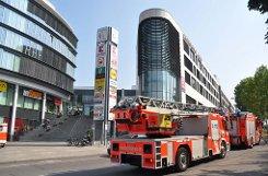 Einsatz von Polizei und Feuerwehr am Cannstatter Carré: Hier explodierte am Mittwochmittag der Geldkoffer eines Geldboten. Foto: Fotoagentur Stuttgart