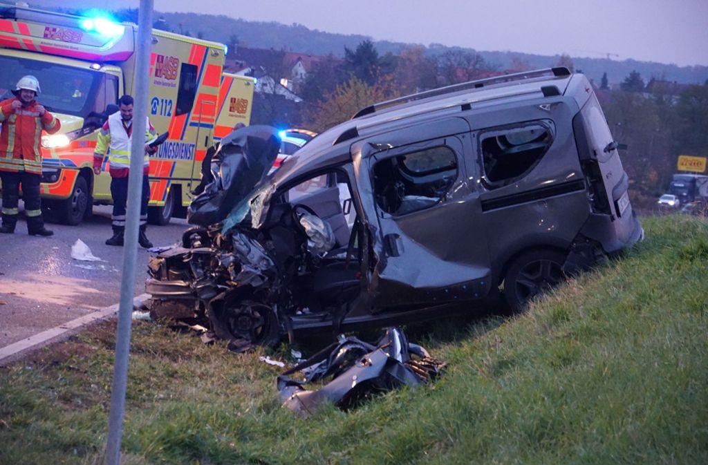 Unfall im Kreis Ludwigsburg - Dacia in Böschung geschleudert – Fahrer eingeklemmt - Stuttgarter Nachrichten
