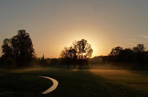 Wenn die Sonne morgens an der Evangelischen Kirche in Stuttgart-Berg aufgeht... - diese hübsche Aufnahme hat Leserfotograf rika gemacht. Klicken Sie sich hier durch für weitere neblige Bilder. Foto: Leserfotograf rika