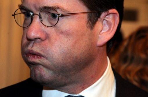 Bei der Fragestunde am vergangenen Mittwoch im Bundestag ist Guttenberg bereits stark beschossen worden. Wegen der Plagiats-Affäre um seine Doktorarbeit musste sich der Verteidigungsminister ein Kreuzfeuer der Kritik gefallen lassen. Jetzt hat er dem wachsenden Druck wohl nicht mehr Stand gehalten.  Foto: dapd