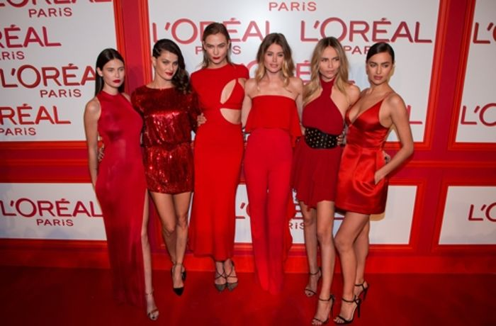 Am Rande der Paris Fashion Week: Supermodels in verführerischem Rot