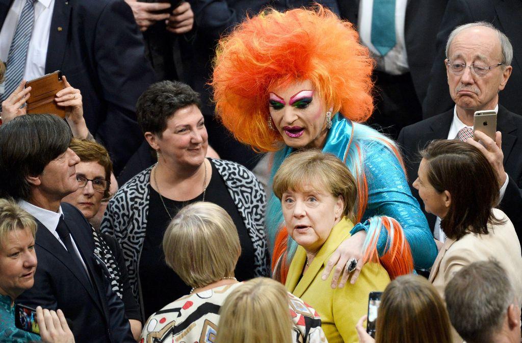 Da Staunte Auch Bundestrainer Joachim Low Links Nicht Schlecht Drag Queen Olivia Jones Und Kanzlerin Angela Merkel Geben Gemeinsam Ein Ungewohnliches Bild Ab Stuttgarter Nachrichten