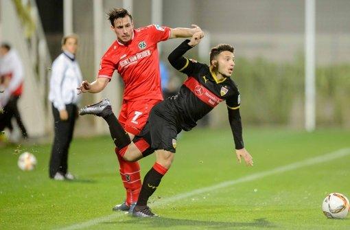 Duell in Belek: Arianit Ferati (VfB/re.) gegen Hannover Edgar Prib Foto: dpa