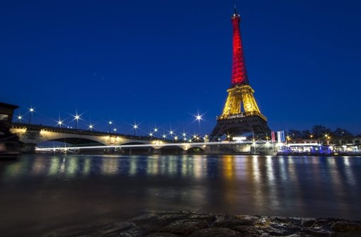 """Frankreich hat selbst viel Solidarität erfahren, als die Anschläge vom 13. November 2015 die Welt erschütterten. Nun zollt die """"Grande Nation"""" ihrem belgischen Nachbarn tiefe Anteilnahme und taucht den Eiffelturm in die belgischen Nationalfarben. Foto: EPA"""