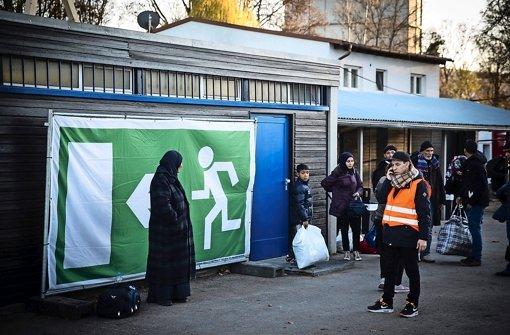 Im Stuttgarter Reitstadion leben seit Mittwoch Flüchtlinge in Notunterkünften. Wie viele beschließen werden, einfach weiterzuziehen, weiß niemand. Foto: Lichtgut/Achim Zweygarth