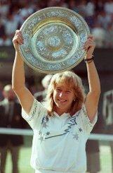 57 Jahre nach der Kölnerin Cilly Aussem wird Steffi Graf die zweite deutsche Wimbledonsiegerin. Im gleichen Jahr gewinnt die 19-Jährige auch Melbourne, Paris und die US Open und holt Gold bei den Olympischen Spielen in Seoul. Der vorläufige Höhepunkt einer Karriere, ...  Foto: dpa