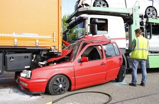 Unfall fordert zwei Verletzte und immensen Sachschaden