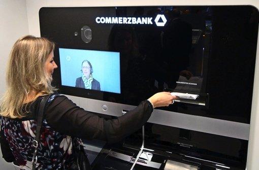 Die neue Videokasse der Commerzbank – getestet in einer Berliner Filiale. Die Mitarbeiterin wird per Video zugeschaltet. Foto: Commerzbank AG