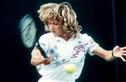 Wer hätte gedacht, dass eine blutjunge Deutsche die beste Rasenspielerin aller Zeiten schlagen könnte? Am 2. Juli 1988 schrieb Steffi Graf aus Brühl Tennisgeschichte und besiegte Martina Navratilova im Wimbledon-Finale. Foto: dpa