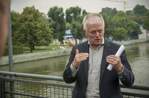 Oberbürgermeister Fritz Kuhn erklärt auf dem Berger Steg ... Foto: Lichtgut/Max Kovalenko