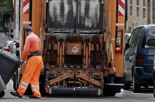 Die Müllabfuhr hat es schwer, durch eine Straße zu kommen, wenn Fahrzeuge auf beiden Seiten parken. Foto: Zweygarth
