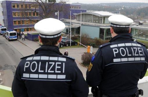 Polizeibeamte beobachten in Pforzheim das Landgericht. Foto: dpa