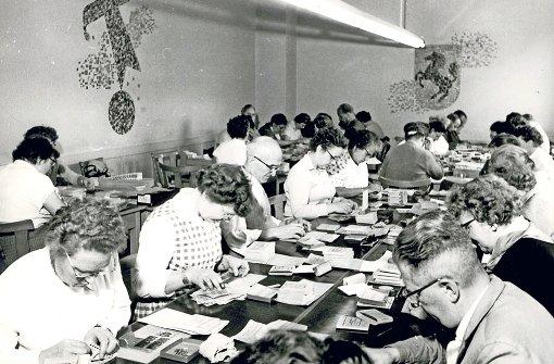 In den 60ern waren jeden Montag bis zu 1300 Menschen damit beschäftigt, in angemieteten Sälen die Lottoscheine mit den Gewinnzahlen abzugleichen Foto: Archiv Lotto BW