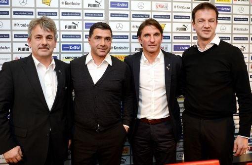 Bruno Labbadia (zweiter von rechts) posiert am Mittwoch bei der Pressekonferenz des VfB in Stuttgart gemeinsam mit dem Co-Trainerin Eddy Sözer (zweiter von links), dem Vereinspräsidenten Gerd Mäuser (links) und dem Sportdirektor Fredi Bobic. Foto: dpa