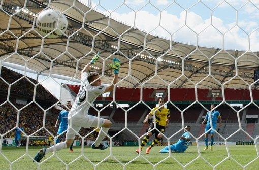 Es hat nicht gereicht für die Stuttgarter Kickers: Mit einer 1:4-Niederlage gegen den BVB fliegt der Drittligist aus dem DFB-Pokal. Foto: Bongarts