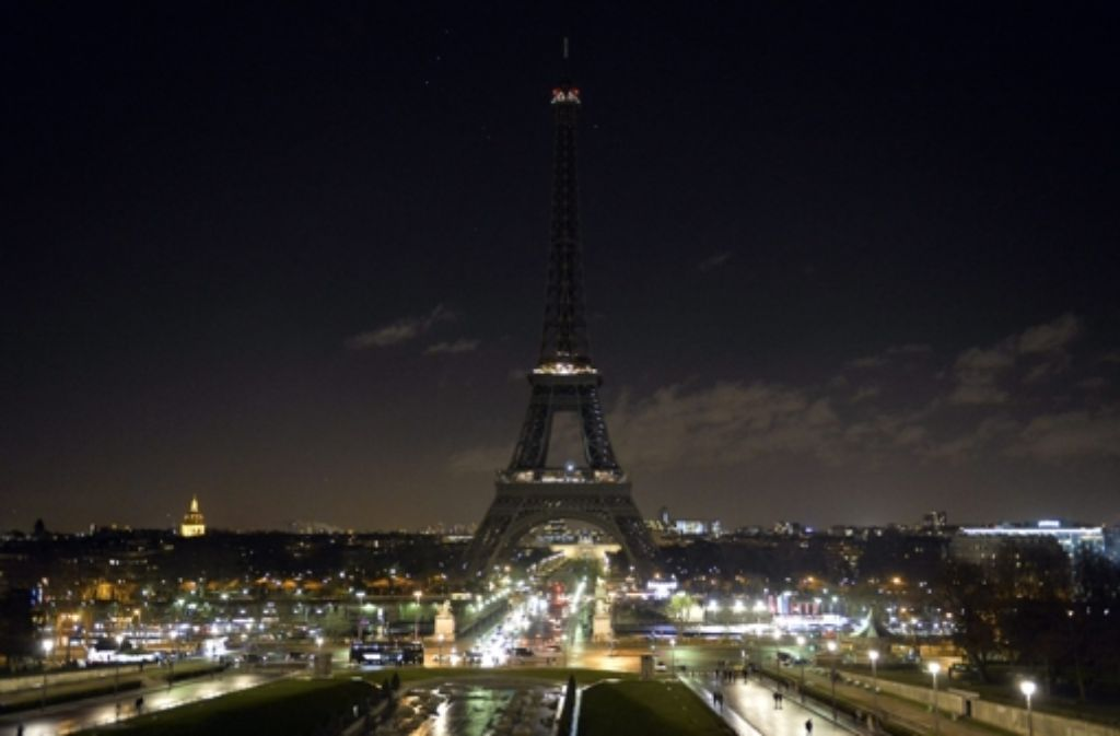 charlie hebdo attentat paris trauert eiffelturm liegt im dunkeln panorama stuttgarter. Black Bedroom Furniture Sets. Home Design Ideas