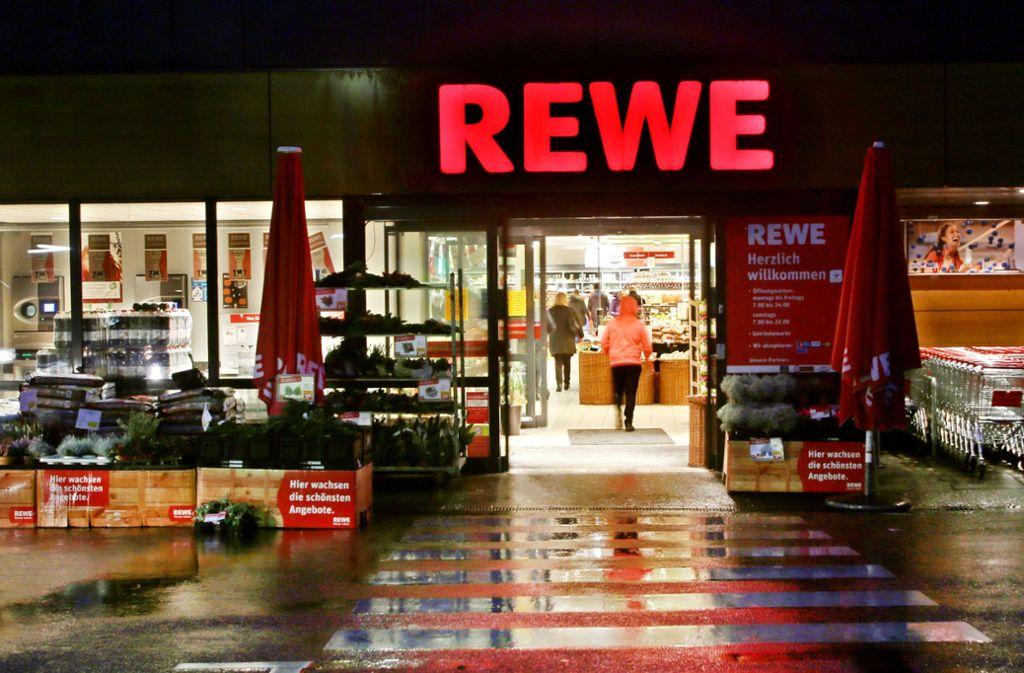 Rückruf bei Penny und Rewe: Metallstücke und Plastikteile in Würstchen