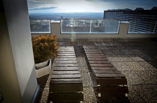 Atemberaubende Perspektiven von der Dachterrasse des Asemwald-Panoramabads in knapp 75 Metern Höhe Foto: Lichtgut/Achim Zweygarth