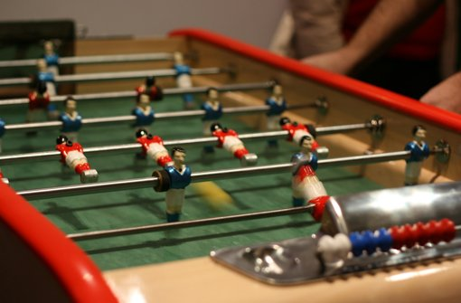 ... die Figuren sind aus Aluminium. Das Tischfußballfeld ist deutlich anders im Vergleich zu anderen Tischen, denn die Geschwindigkeit des Balles wird durch den Linoleumboden abgebremst. Wir kennen diesen Tisch von der Damenbundesliga, da die Saarländerinnen diesen als Heimtisch haben. Er spielt sich für uns sehr ungewohnt, die Spielfiguren haben einen anderen Schwerpunkt als die von uns gespielten Tische. Der Ball muss ... Foto: Divyam Ruth Täschler