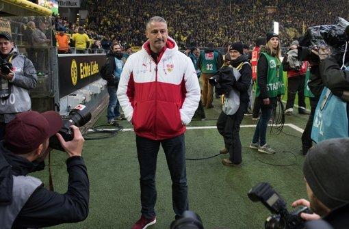 Jürgen Kramny (44) ist seit dem 20.12.2015 Cheftrainer bei den Schwaben.  Der in Bad Cannstatt geborene Fußballlehrer schnürte in seiner aktiven Laufbahn die Fußballschuhe für die  SpVgg 07 Ludwigsburg, den VfB Stuttgart, den 1. FC Nürnberg den 1. FC Saarbrücken sowie für den 1. FSV Mainz 05 und spielte dabei 74 Mal in der 1. Bundesliga. Nach der Trennung von Alexander Zorniger rückte Kramny, der bisher die 2. Mannschaft trainierte, ins erste Glied.  Foto: dpa
