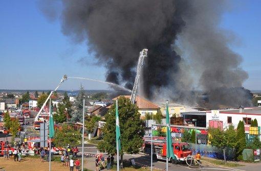 Lagerhalle im Industriegebiet in Brand geraten