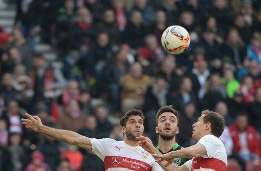 (v.l.) Stuttgarts Emiliano Insua im Zweikampf mit Hannovers Kenan Karaman und Stuttgarts Daniel Schwaab. Foto: dpa