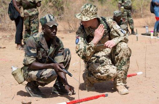 Ein deutscher Soldat bildet in Koulikoro (Mali) einen Pionier der malischen Armee bei der Minensuche aus. Foto: dpa