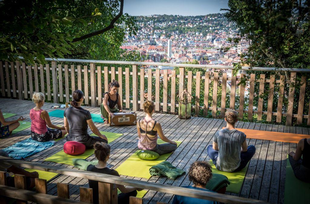 yoga an den sch nsten orten yoga ganz oben und doch in der mitte stuttgart stuttgarter. Black Bedroom Furniture Sets. Home Design Ideas