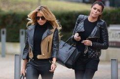 Sylvie van der Vaart (links), Noch-Ehefrau des niederländischen Fußballprofis Rafael van der Vaart, und ihre Freundin Sabia Boulahrouz verlassen ein Restaurant in Hamburg. Foto: dpa