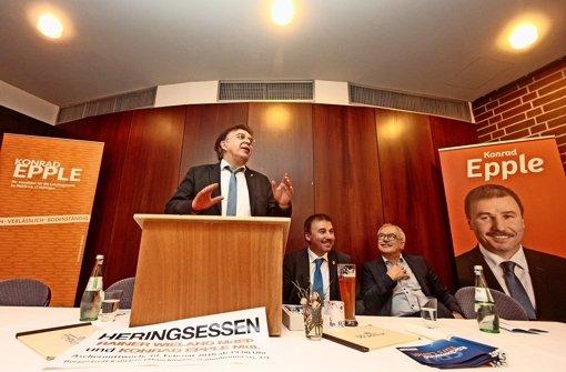 Gut gelaunt und in Redelaune: Reinhard Löffler, Konrad Epple und Oliver Nauth (von links)  werben für ihre Partei. Foto: factum/Granville