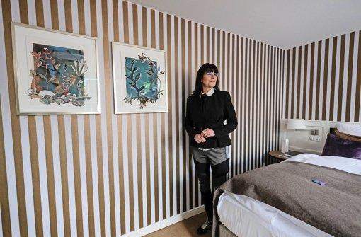 Die Künstlerin Christa Winter in einem Zimmer des Waldhotels Stuttgart Foto: Lichtgut/Piechowski