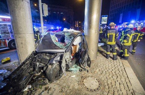 Auto kracht gegen Betonsäule – vier Personen schwer verletzt