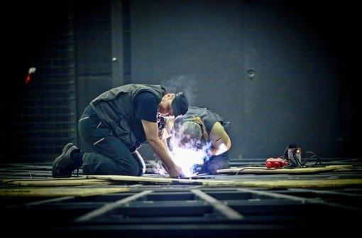 Bis die Funken fliegen: Techniker  arbeiten an der Drehbühne im Stuttgarter Schauspielhaus. Foto: Peter Petsch